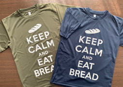 KEEP CALM AND EAT BREADのメッセージ入りTシャツ